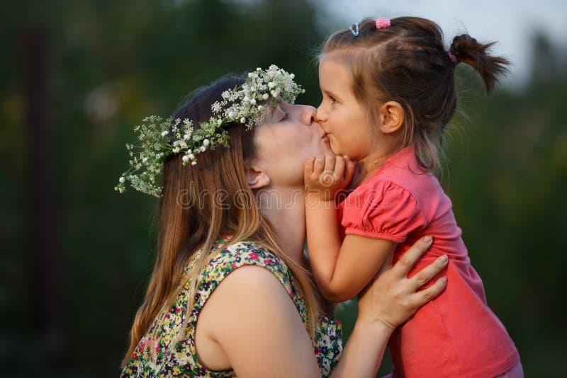 母亲和女儿亲吻  库存图片