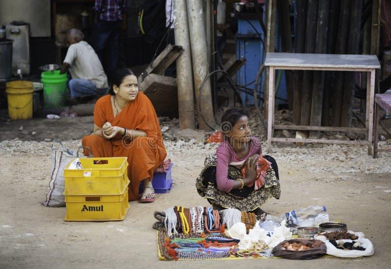 母亲和女儿他们的摊位的 免版税库存图片