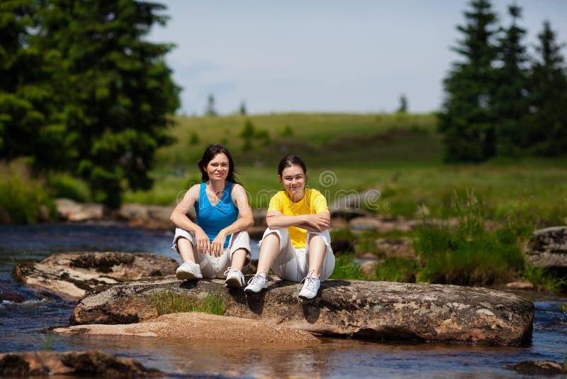 母亲和女儿休息 图库摄影