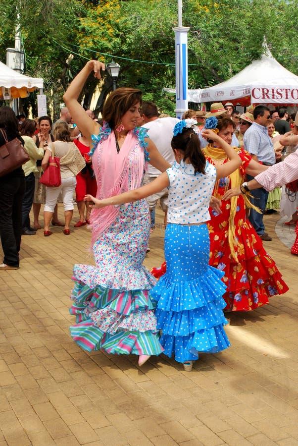 母亲和女儿佛拉明柯舞曲跳舞,马尔韦利亚 图库摄影