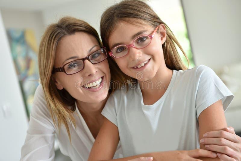 母亲和女儿佩带的镜片画象  免版税库存照片