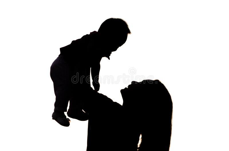 母亲和女儿剪影的。 免版税库存图片