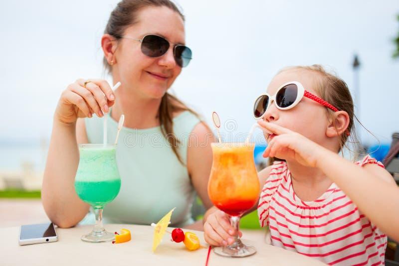 母亲和女儿咖啡馆的 免版税库存照片
