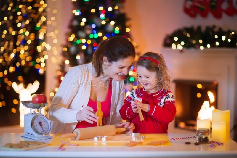 母亲和女儿圣诞晚餐的烘烤姜饼 免版税库存图片