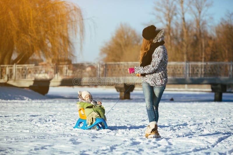 母亲和女儿在户外冬天 库存图片