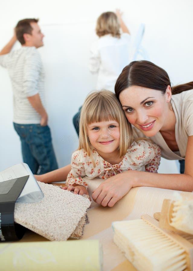 母亲和女儿在整修时 图库摄影
