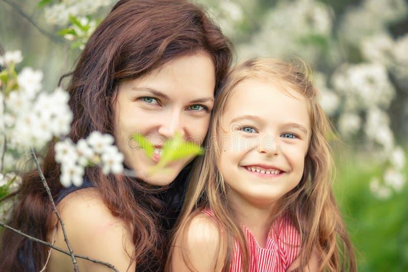 母亲和女儿在晴朗的公园 库存图片