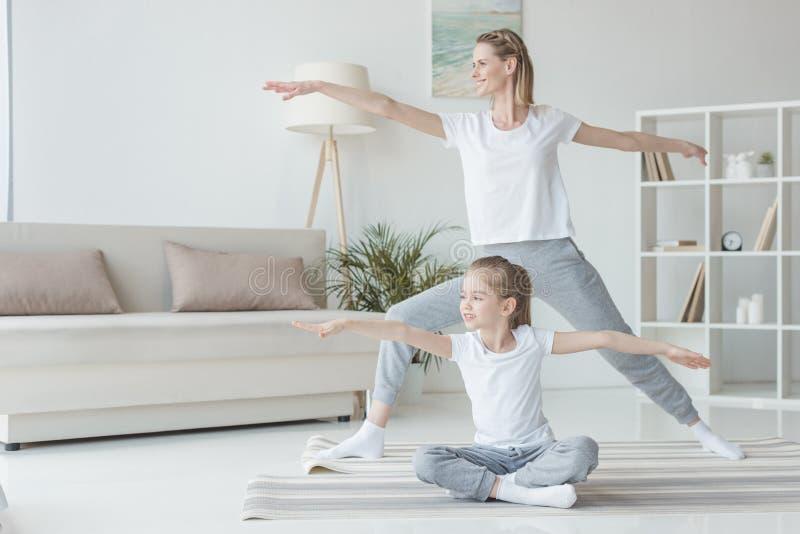 母亲和女儿实践 库存图片