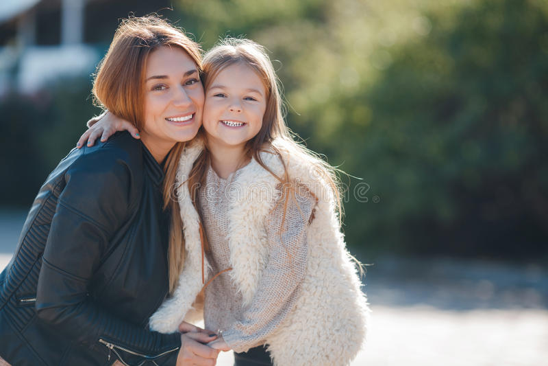 母亲和女儿家庭画象  库存图片