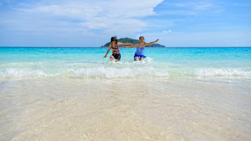母亲和女儿愉快在海滩 库存照片