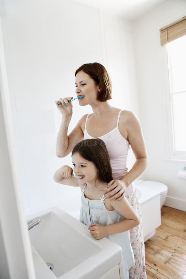 母亲和女儿掠过的牙 库存图片