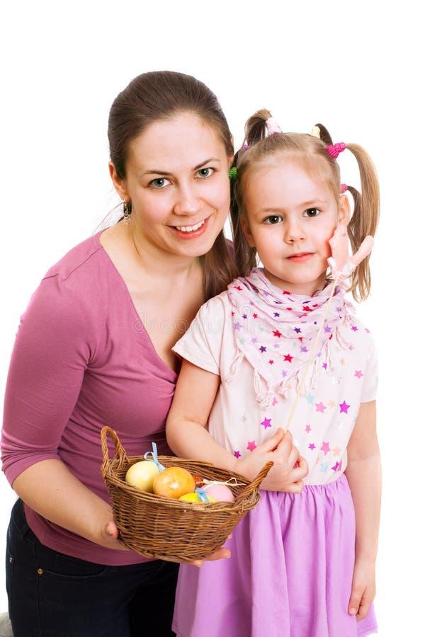 母亲和女儿有复活节彩蛋篮子的  库存图片