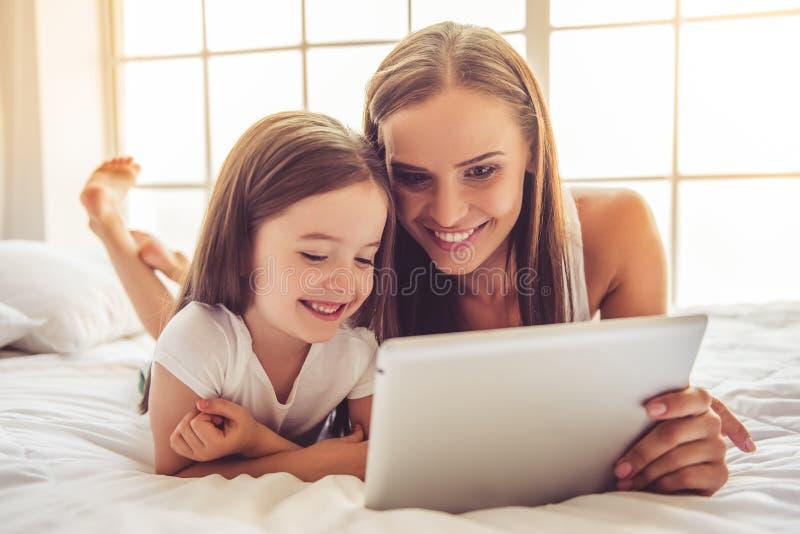 母亲和女儿有小配件的 库存照片