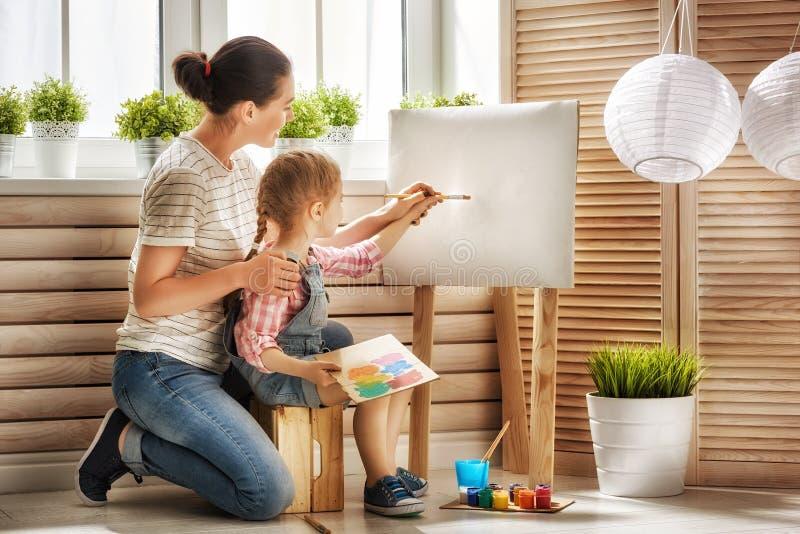 母亲和女儿油漆 免版税库存照片