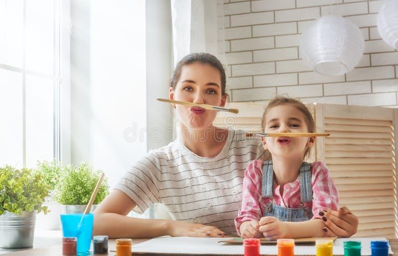 母亲和女儿油漆 免版税库存图片