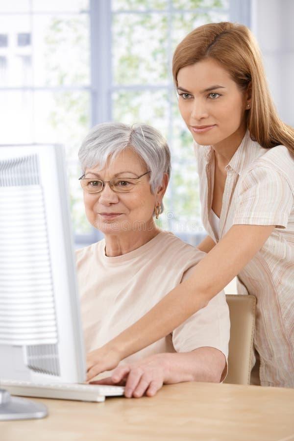 母亲和女儿浏览互联网 库存照片
