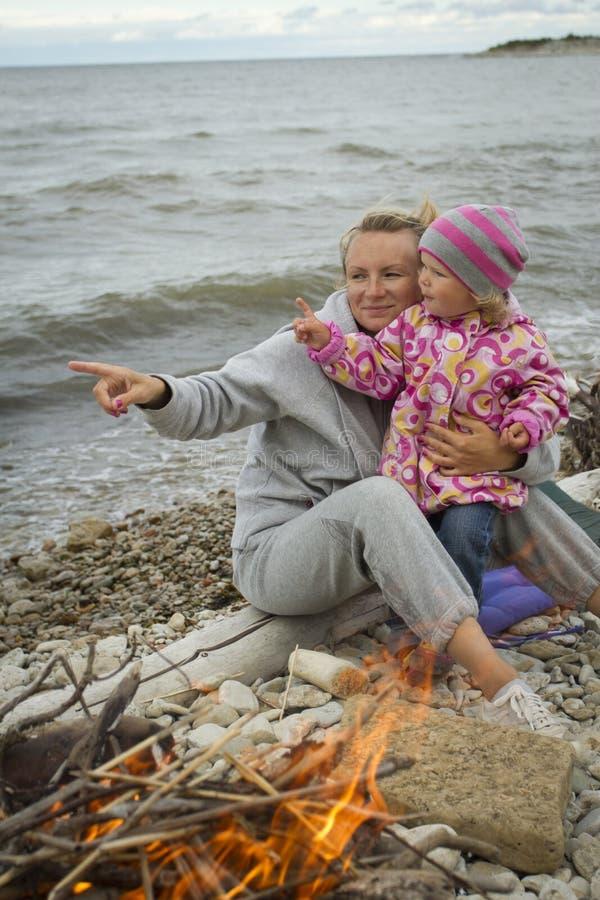 母亲和女儿海的 库存图片