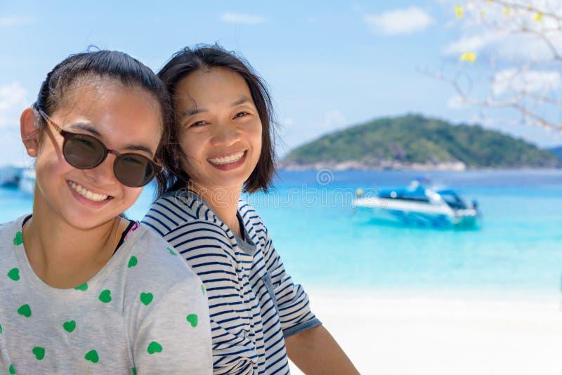 母亲和女儿海滩的在Similan海岛,泰国 图库摄影