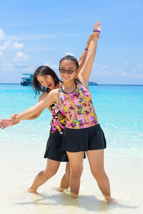母亲和女儿海滩的在Similan海岛,泰国 免版税库存照片