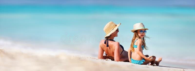 母亲和女儿海滩的 图库摄影