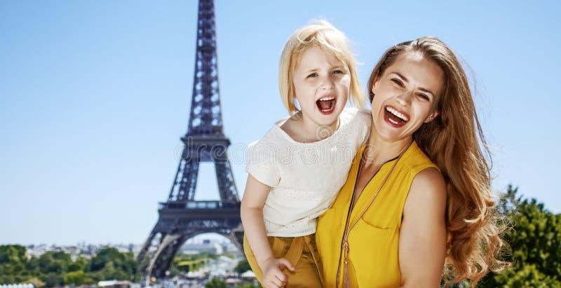 母亲和女儿游人有乐趣时间在巴黎,法国 免版税库存照片