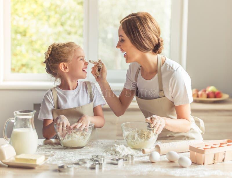 母亲和女儿烘烤 免版税库存图片