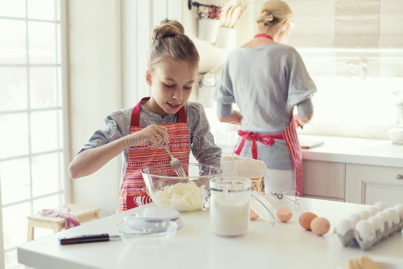 母亲和女儿烹调 库存图片