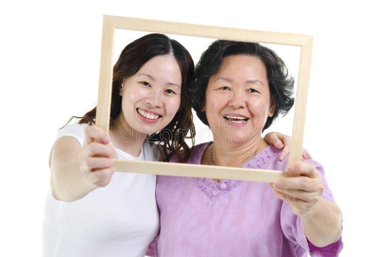 母亲和女儿照片框架 免版税库存图片
