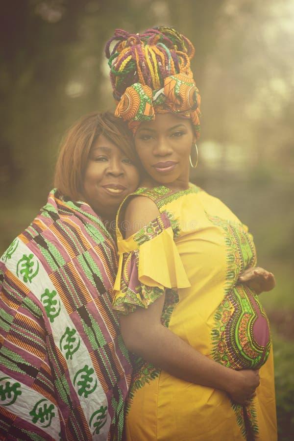 母亲和女儿爱是最巨大的爱在世界上 免版税库存图片
