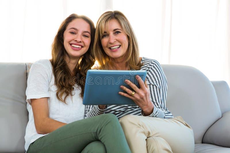 母亲和女儿用途片剂 免版税库存照片