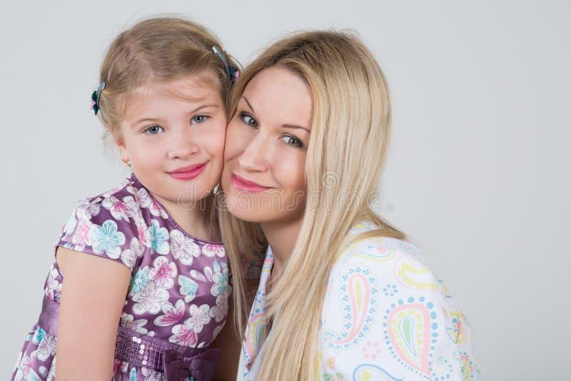 母亲和女儿的一张嫩画象 免版税库存图片