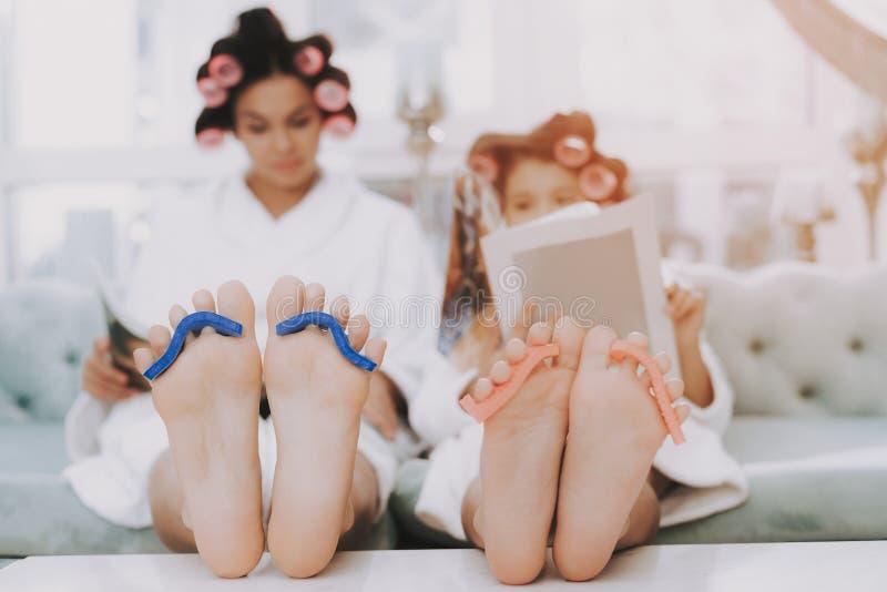 母亲和女儿的温泉天美容院的 库存照片
