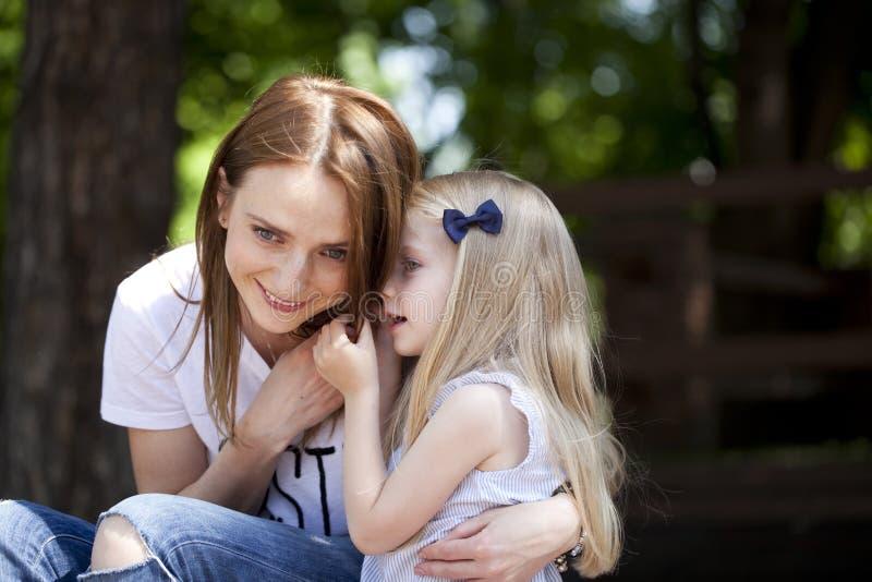 母亲和女儿的画象 免版税库存图片