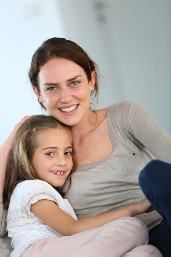 母亲和女儿纵向 图库摄影