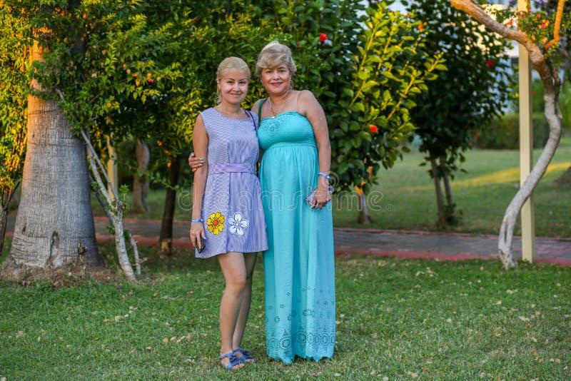 母亲和女儿美丽的夏天礼服的 库存照片