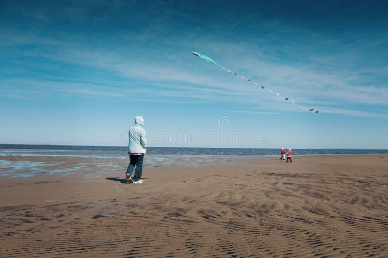 母亲和女儿飞行风筝 免版税库存图片
