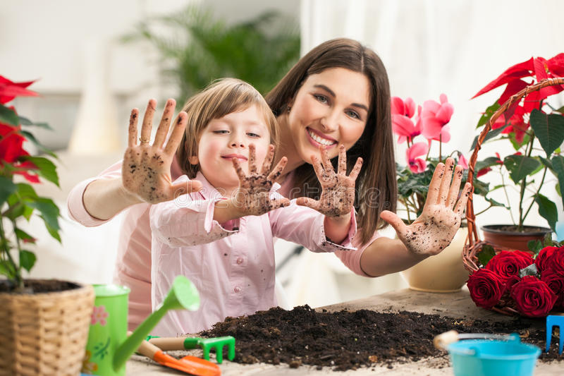 母亲和女儿从事园艺 免版税图库摄影