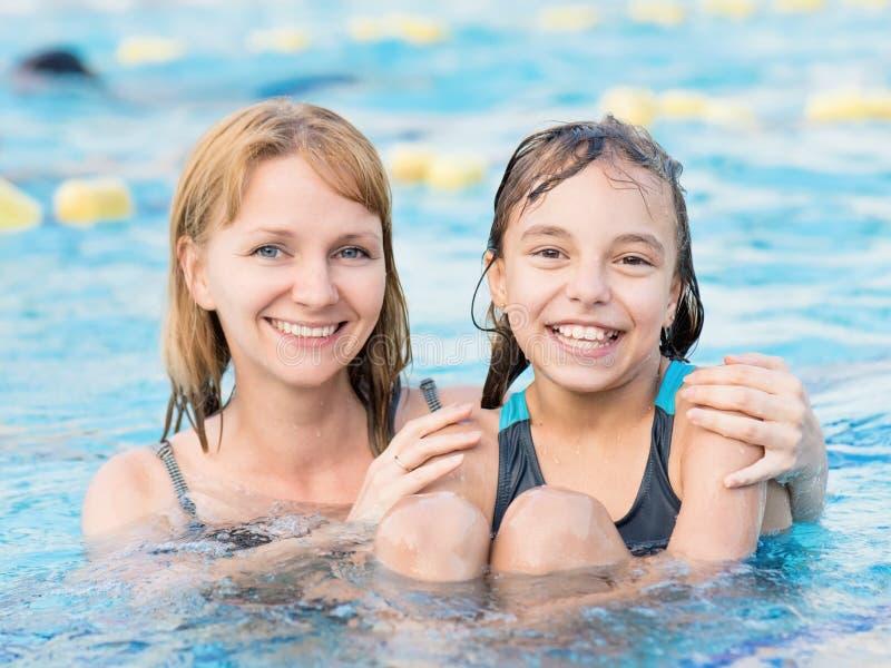 母亲和女儿水池的 库存照片
