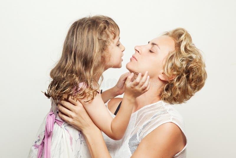 母亲和女儿 演播室photoshoot 家庭射击 库存照片