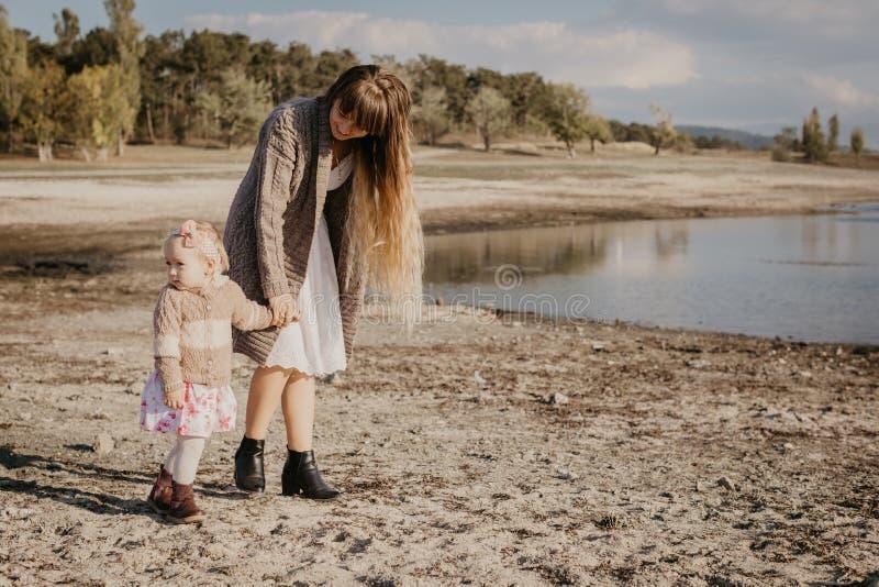 母亲和女儿outroor 库存照片