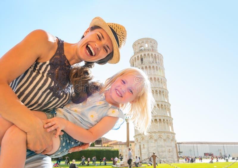 母亲和女婴在比萨前面塔  库存图片