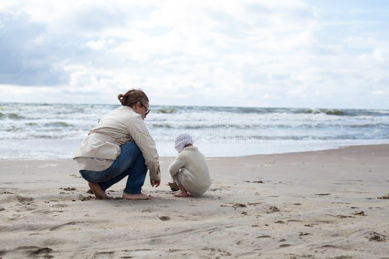 母亲和女婴 免版税图库摄影