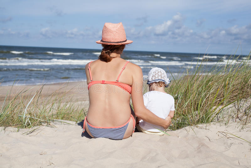 母亲和女婴 免版税库存图片
