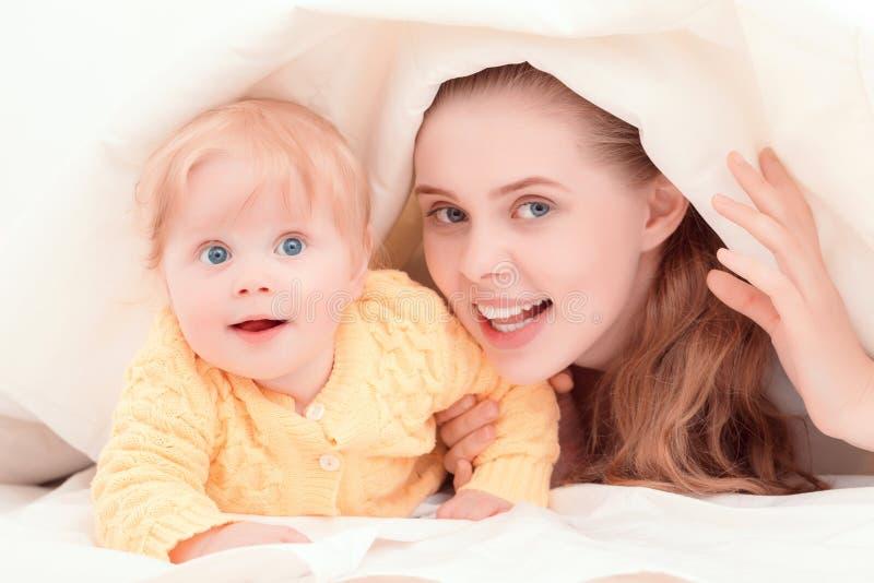 母亲和她一点婴孩使用 免版税库存图片