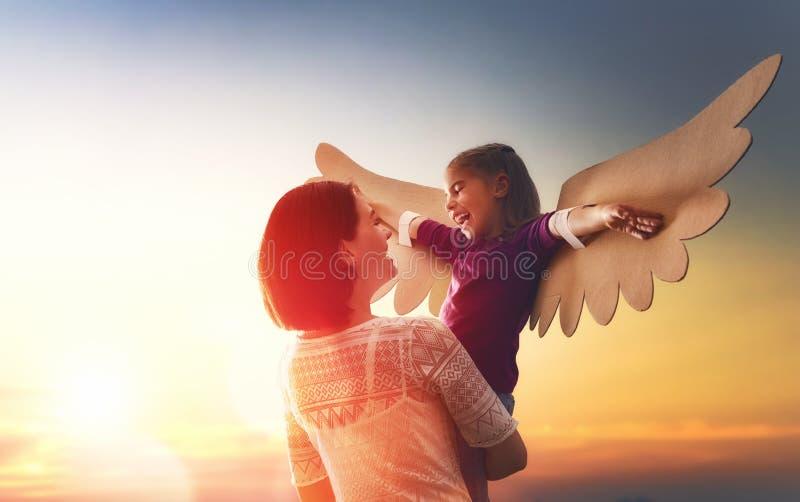 母亲和她儿童使用 免版税库存图片