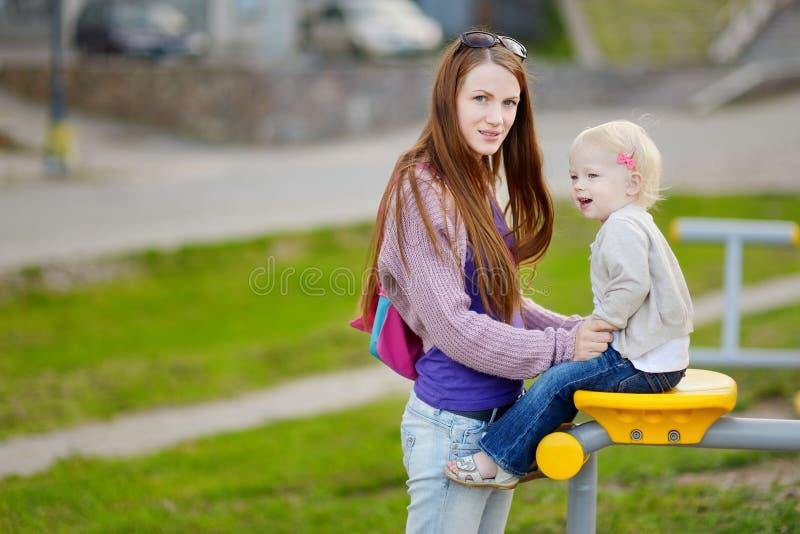 年轻母亲和她可爱的女儿 免版税库存图片
