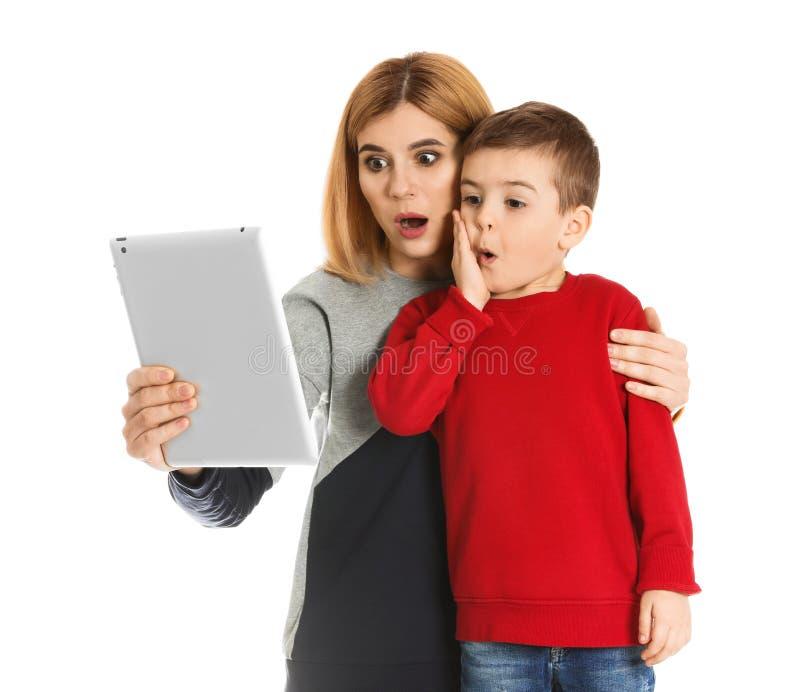 母亲和她的使用在片剂的儿子视频聊天 免版税库存照片