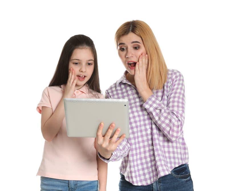 母亲和她的使用在片剂的女儿视频聊天 免版税库存照片