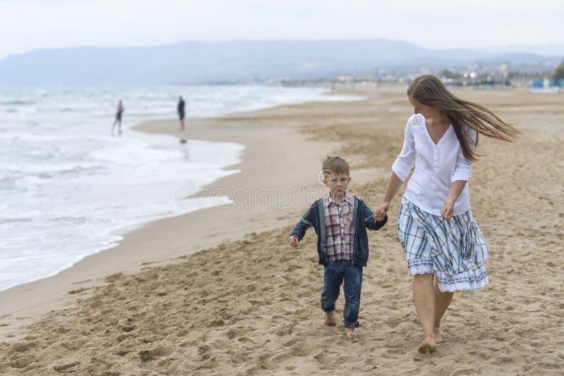 母亲和她的儿子海滩的 免版税库存照片