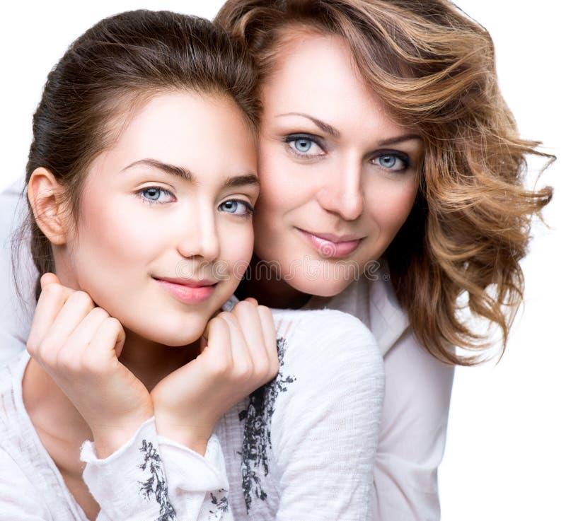 母亲和她的十几岁的女儿画象  库存图片